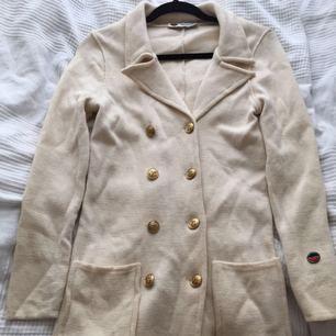 Säljer min Busnel kappa som jag har använt en gång. Den är en liten 36:a i storleken.  Ord.pris  3995kr  Säljer den för 1000kr då den är några år och att det är en super liten fläck på kappans högersida vid tredje knappen uppifrån.