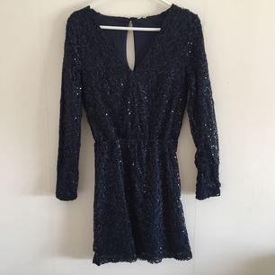Paljettklänning i mörkblått, använd en gång