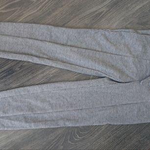 Säljer ett par byxor från stradivarius, strl 36. Lite stretch i, å lite kraftigare tyg. Supersnygga!