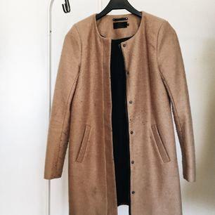 En favorit-kappa från Only! Sand/beige-färgad med både dragkedja och knappar. Använd 1 säsong men i väldigt fint skick ✨ Nypris: 500 kr