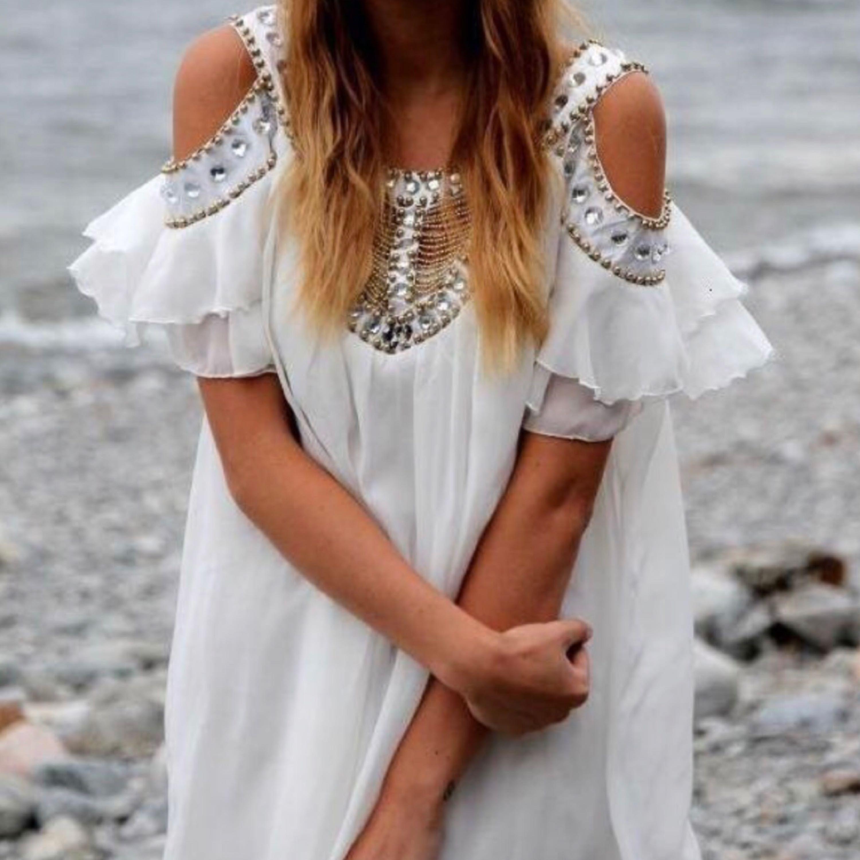 Superfin klänning använd 1 gång. Passar perfekt till student/skolavslutning ✨. Klänningar.