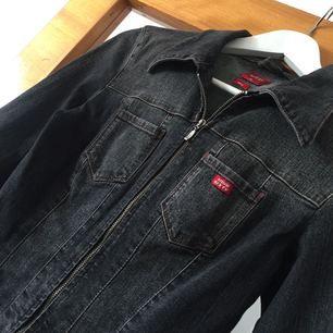 Stentvättad kort jeansjacka i strl. M (känns mer som en S) Superfin till en sommarklänning. Jobbigt o sälja men den är lite tight på mig även fast den är väldigt stretchig.