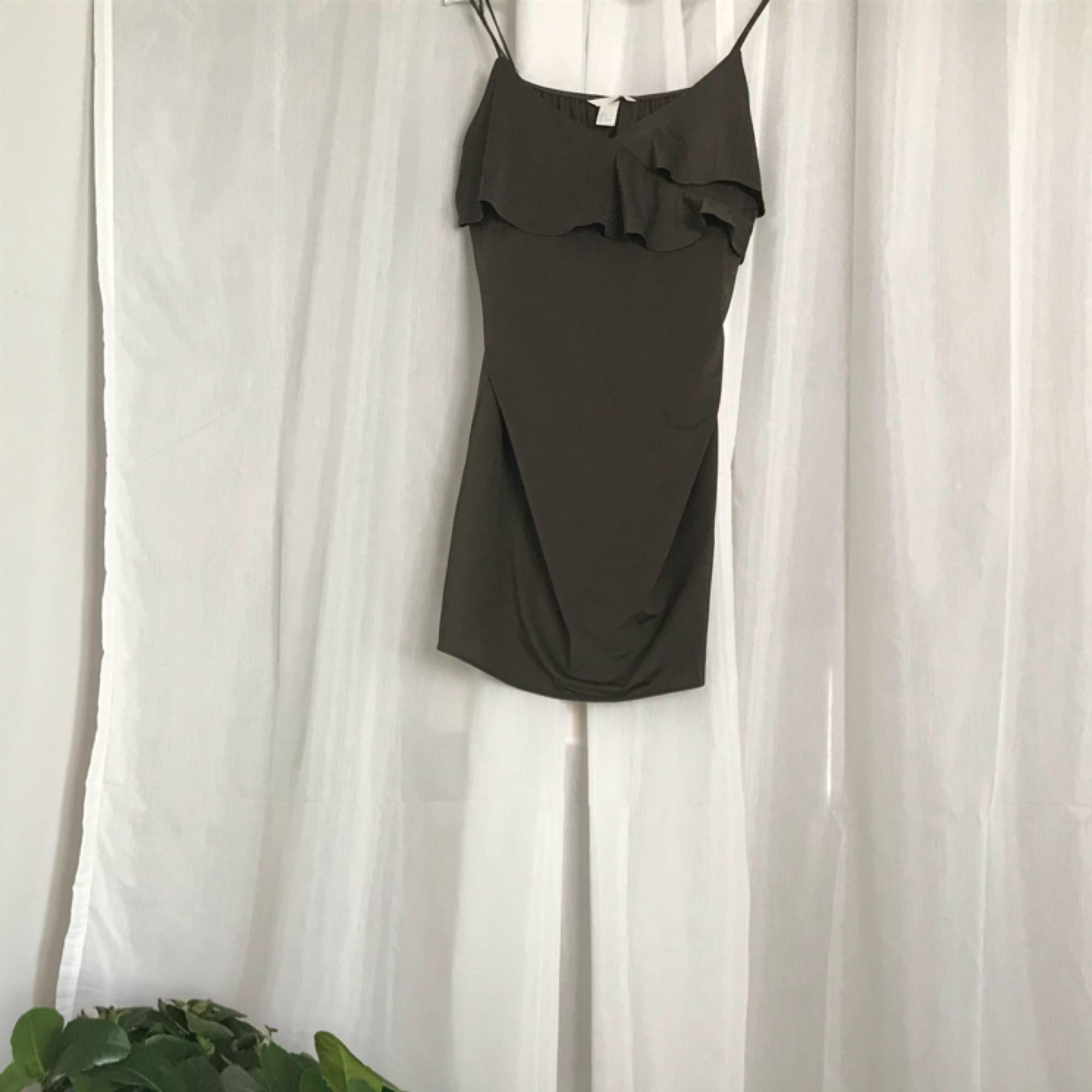 Nypris: ca 200kr Mörkgrön/brun klänning  Säljer pga att den aldrig används  Antal gånger använd: 1 gång. Klänningar.
