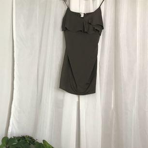 Nypris: ca 200kr Mörkgrön/brun klänning  Säljer pga att den aldrig används  Antal gånger använd: 1 gång