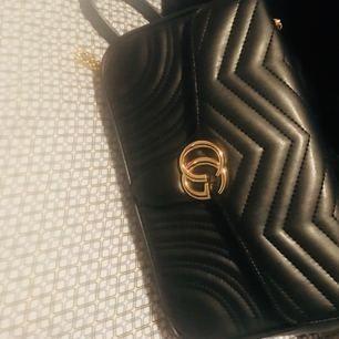 Kopia Gucci svart väska med guld färgad drag kedja . Medium modellen nyskick använd lite .