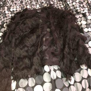 En svart festlig tröja från Gina tricot