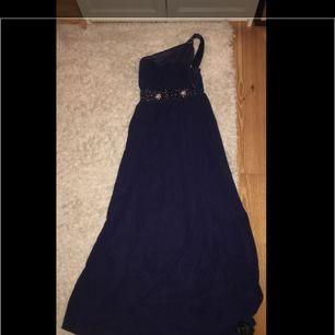 En fin afton klänning använd 1 gång,tyvärr för kort i moddellen i armen,jag är 170cm men den passar även om man ör kortare☺️ nypris 1400kr