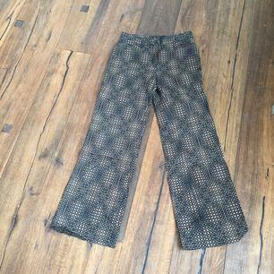 Häftiga Fendi byxor med vida ben! Super sköna, coolt mönster som är modernt. Knappt använda