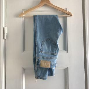 Ett par ljusa jeans från Pimkie. De är använda kanske 2 gånger, så gott som nya. Storlek 32/XXS, damstorlek. Levereras nytvättade. Finnes på Södermalm, Stockholm. Kan postas men då står Du för frakten. Mvh Marija