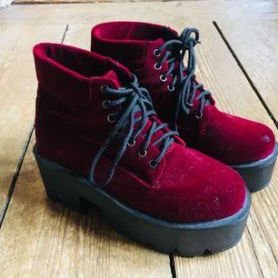 Vinröda skor i nåt typ av sammetstyg. Dom är väldigt lätta då klackarna är av plast. Aldrig använda (tyvärr!!) möts upp i centrala Stockholm annars tillkommer frakt 🌴