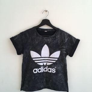 skitsnygg adidas t-shirt i storlek s, mörkgrå stentvättad look. stor logga fram och liten logga i nacken.   kan mötas upp i sthlm eller skicka mot fraktkostnad. glöm inte att kolla in mina andra kläder till salu :-)) 🌟