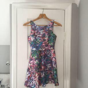 Sååå fin klänning med öppen rygg som tyvärr är lite för liten för mig nu.