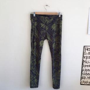 säljer ett par coola träningstights från h&m, storlek s. knappt använda då de inte riktigt passar mig tyvärr.   kan mötas upp i sthlm eller skicka mot fraktkostnad. glöm inte att kolla in mina andra kläder till salu :-)) 🌟