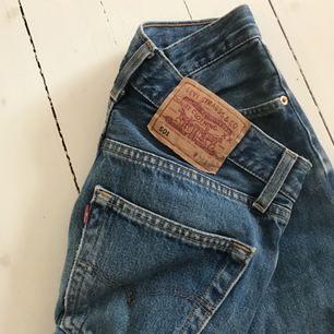 Jeans ifrån Levis med grym passform, säljs då de tyvärr inte passar mig längre😩 fint skick!! (Färgen visas bäst på första bilden)