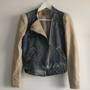Ett spontant köpt jacka. Köptes för ca 2år sedan.  Varför säljs den: Den kom till aldrig till användning.  Kvalité: Så gott som ny