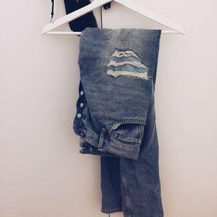 Boyfriend jeans från bikbok/neverdenim. Frakt tillkommer om varan behöver skickas