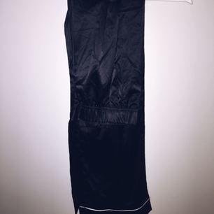 Svarta siden byxor, är pyjamas men kan ha som vanliga Frakt tillkommer om varan behöver skickas