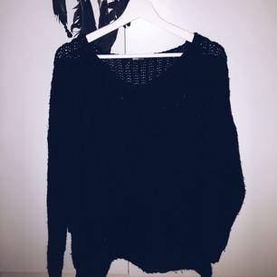 Svart stickad tröja från Gina tricot, den är längre där bak. Väldigt behagligt material och inte stickigt Frakt tillkommer om varan behöver skickas