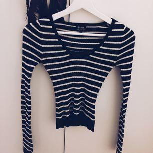 Svart/vit/blå(?) randig tröja, lite glittrig. Köpt i Australien så vet ej vad för affär. Väldigt stretchig så inte lika liten som den ser ut. Frakt tillkommer om varan behöver skickas