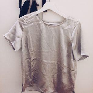 Silvrig T-shirt från vero Moda, är M eller L, men passar mig som är s. Frakt tillkommer om varan behöver skickas