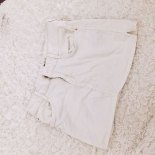 Vit jeans kjol från Gina tricot. Frakt tillkommer om varan behöver skickas