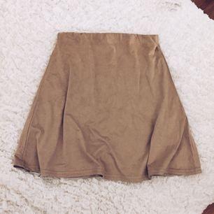Ljusbrun mocka imiterad kjol från Nelly. Perfekt till sommaren 🌸 dem är hyfsat stretchiga ✨Frakt tillkommer om varan behöver skickas