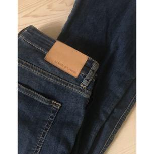 Bootcut-jeans från Samsøe Samsøe som använts fåtal gånger och har en stretchig passform.