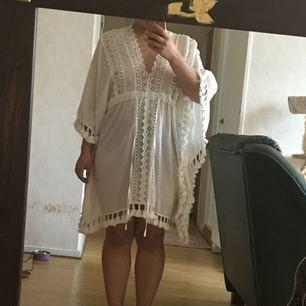 Oanvänd strandklänning gjort av ekologiskt bomull.  Inköpt på Gina Tricot   Köparen betalar hälften av frakten!   Kan mötas upp i Göteborg och Kungsbacka