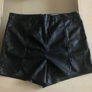 Svarta high waisted shorts inköpta på Shock  Köparen betalar hälften av frakt-kostnaden.