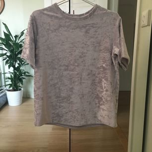 Silveraktig t-shirt i sammet från cubus. Stor i storleken så passar även s.