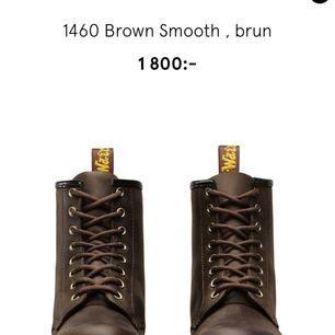 Jag säljer ett par bruna Dr. Martens Använda en eller två gånger så jag skulle nog säga att de är som nya.  Inköpta på Åhléns för 1800 SEK Fraktar helst inte