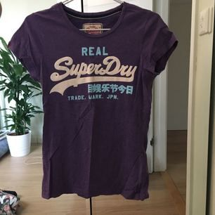 Äkta superdry t-shirt.  Möts upp i stockholm eller fraktar då köpare står för fraktkostnaden.