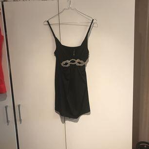 Kort svart festklänning med strass detaljer