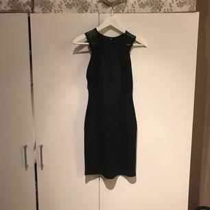 Svart klänning med spetsdetaljer