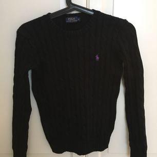 Svart kabelstickad tröja från Ralph lauren i stl xs. Använd ett fåtal gånger, fint skick
