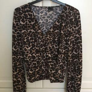 Leopardfärgad tröja från Gina tricot i stl xs. Aldrig använd, nyskick