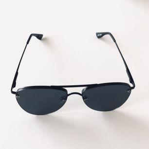 Svarta pilotglasögon från Le Specs. Helt nya och oanvända!