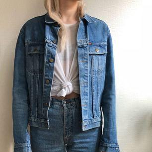 Klassisk boxig jeansjacka. Köpt second hand. Lappen säger storlek L men se bild för hur den sitter på mig som har S/M.