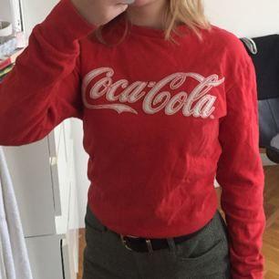 Äkta Coca Cola collegetröja i storlek XS men passar även S. Den är i fint skick och har inte används särskilt mycket.