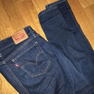 Levis byxor i fint skick! Passform: slim fit, storleken stämmer bra. Otroligt sköna byxor/jeans! Säljs pga använder aldrig. ( ursprungspris: 899kr )