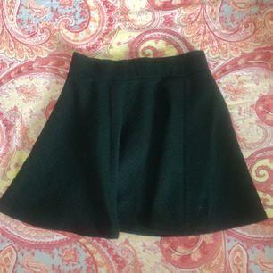 Svart skater kjol k fint skick. Köparen står för frakten