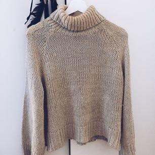 En beige jättefin stickad tröja ❣️ har krage och lite vidare armar 🕊 frakt står du för om den behöver skickas.