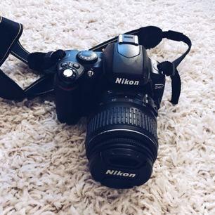 Kollar om det finns intresse för en Nikon D40 systemkamera! Den är välskött och inte alls sliten eller seg 🕊📷 Orginallåda, kameraväska och minne medföljer kameran 💫 PM:a ett pris förslag ❣️🌹 frakt står du för om den behövs skickas!