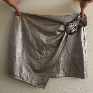 Fin silvrig/metallik kjol! Aldrig använd! Liten i storleken!