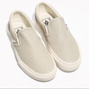 Säljer dessa super fina beige vans. Använd vid 2/3 tillfällen - i super bra skick! Säljs då skorna ej kommer till användning ! Perfekt inför våren/sommaren