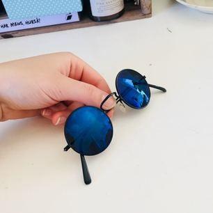 Otroligt feta brillor, blått glas och svarta bågar!! Super heta till sommaren. Har för många solglasögon därför säljer jag dessa. Skriv gärna om du har frågor❣️ -vid flera intresserade blir det budgivning-