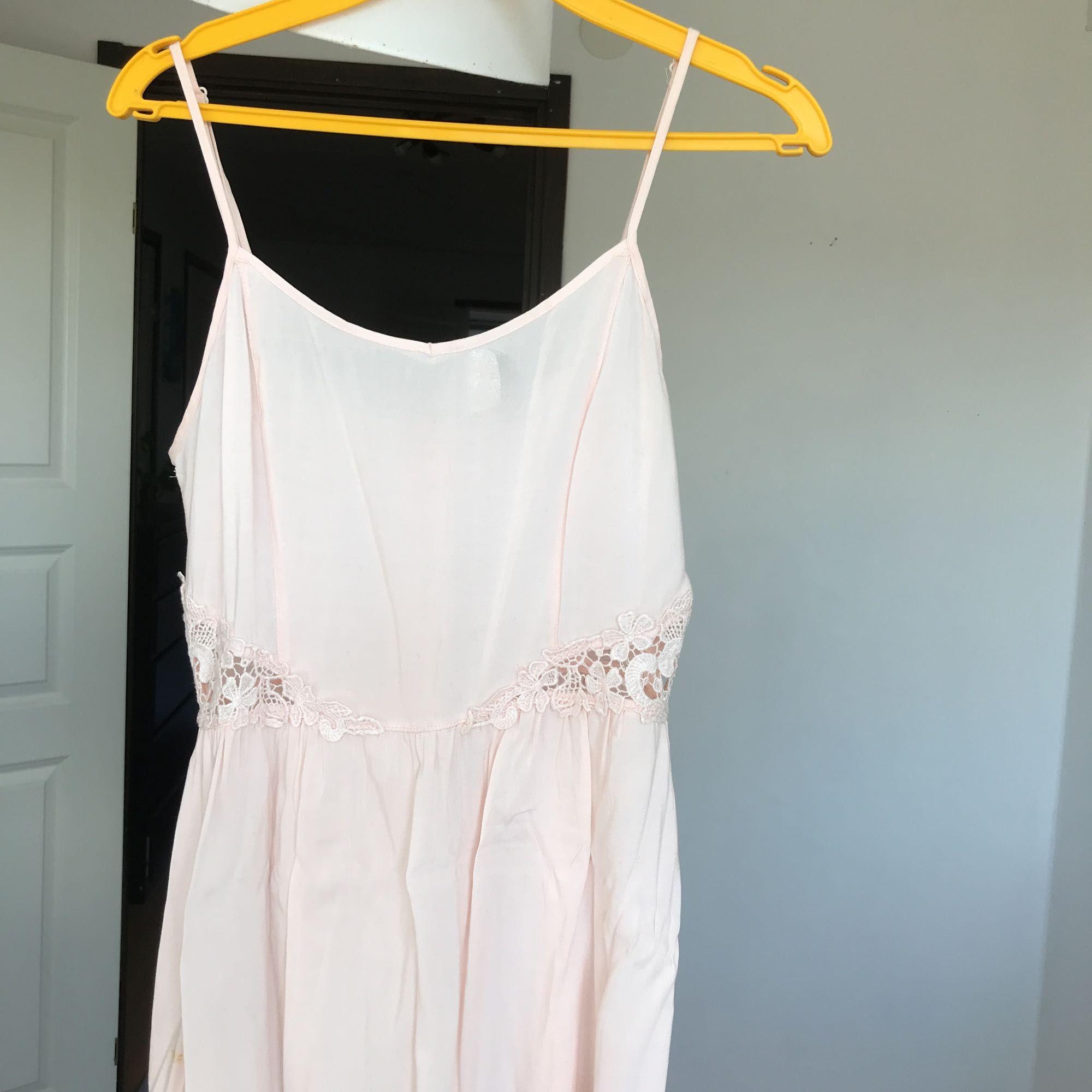 c1a12d1eab8d Flowy klänning från h&m i ljusrosa. Fina spetsparti i midjan där man ser  huden lite ...