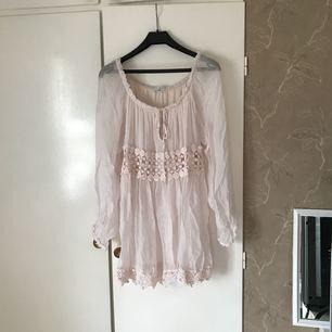 En fin klänning/tunika köpt på Chelsea. Man kan ha off shoulder. Aldrig använd. Frakt tillkommer.