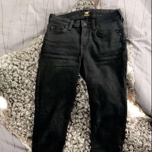 Ett par nästan helt oanvända Lee Jodee Jeans. Köpta på Carlings i Luleå. Helsvarta och slim fit, dom är stretchiga och sitter jättebra! (Gick inte att få med hela byxan på bilden)💘 Om du är intresserad kan du smsa 070-246 04 15