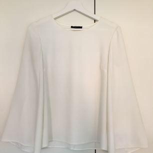 Jättefin vit blus i lite tjockare material från omtalade märket Stylein, dyr i inköp. Knappt använd!